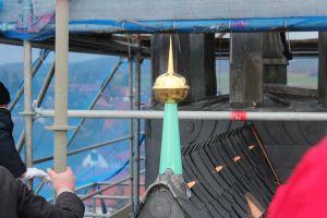Auch an anderen Stellen des Daches ist handwerkliche Kunst erkennbar.