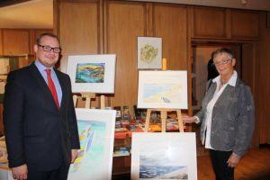 Hoteldirektor Thomas Mühl freut sich mit Hella Koch üner dioe positive Resonanz auf ihre Ausstellung