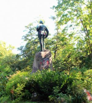 ...und die Bronzestatue selbst wurden mit roter Farbe beschmiert.