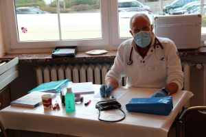 Der Teamarzt Dr. Dr. Wagner an seinem Arbeitsplatz an diesem Tag