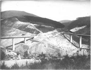 Blick auf die beiden frei im Gelände stehenden Brücken über das Große Bramketal und das Weißwassertal. Im Tal zwischen beiden Brücken sind einzelne Gehöfte der Gemeinde Schulenberg erkennbar, vor 1952 (NLA HA Nds. 600 Acc. 91/87 Nr. 47).