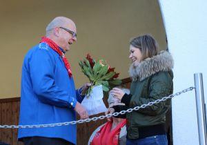 Der Harzklub-Vorsitzende Klaus Wiedemann bedankte sich beim Benefizkonzert für die Spende über 686,72 € bei Lucie Wedler mit einem Blumenstrauß.