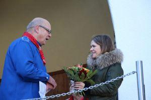 Der Harzklub-Vorsitzende Klaus Wiedemann bedankte sich beim Benefizkonzert für die Spende  aus der Jubiläumstombola der Apotheke am Postplatz über 686,72 € bei Lucie Wedler mit einem Blumenstrauß.