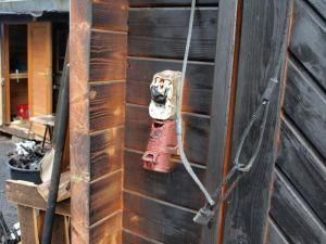 …auch am Holzgebäude gegenüber, das von der Hitze des Feuers in Mitleidenschaft gezogen wurde. (Fotos: Boris Janssen)