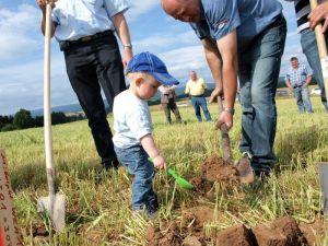 Zukunftsorientiert: Der nicht ganz zweijährige Jonas Berthold hilft seinem Opa Horst Winter beim Spatenstich.