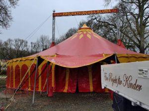 Ein echtes Zirkuszelt als Klassenraum.