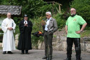v. links: Diakon Winfried Lang, Pastor Helmut Sassenberg, Ortsbürgermeister Ewald Opfermann und Matthias Weitzel vor dem Biker-Gottesdienst