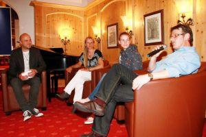 Christian Dolle beim Interview mit dem Autor und den beiden szenekundigen Expertinnen. Foto: Hans-J. Oschmann