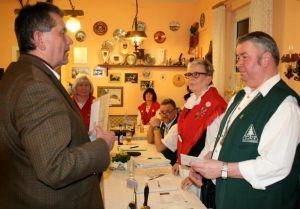 Ehrenmitglied Eike Röger übergab dem Vorsitzenden ein persönliche Geldgeschenk