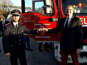 Schöne Aufgabe: Bürgermeister Dr. Thomas Gans (rechts) übergab die Schlüssel an Ortsbrandmeister Lars Schwerthelm.
