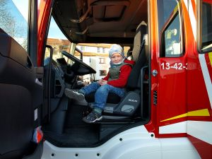 Künftiger Feuerwehrnachwuchs? Auch ein junger Besucher aus Bockelnhagen nahm das Fahrzeug unter die Lupe.