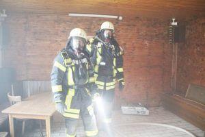 Unter Atemschutz ins Gebäude