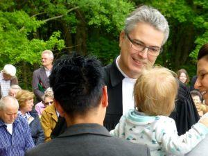 Pastor Roman Vielhauer bei der Taufe.