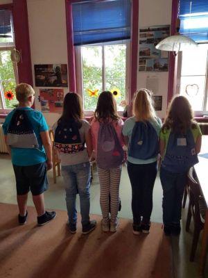 Auf dem Rücken tragen die Kids stolz ihre Eigenproduktionen