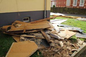 Ganze Dachbalken wurden herausgerissen und beschädigten ein gegenüberliegendes Haus.