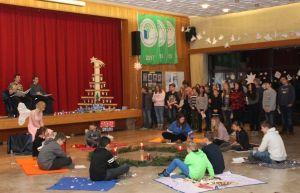 Schüler der siebten Klassen der KGS führten ein ganzes Krippenspiel, bestehend aus Weihnachtsliedern, auf
