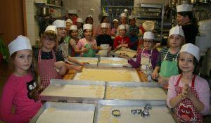 Die Weihnachtsbäckerei im Meisterbetrieb Blass brachte allen Mädels wieder ganz viel Spaß