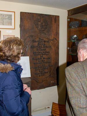 Sabine Henkel und Jürgen Freund betrachten das Model der Grabplatte für den Guss.