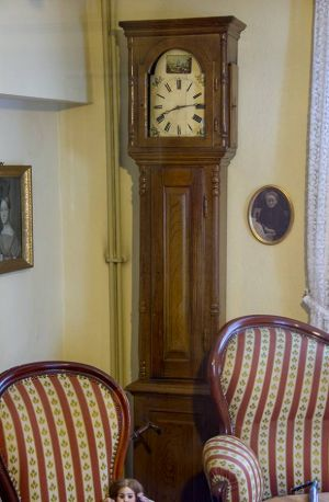 Eine der alten Standuhren, deren Uhrwerk repariert werden soll. Fotos: Karl Heinz Bleß