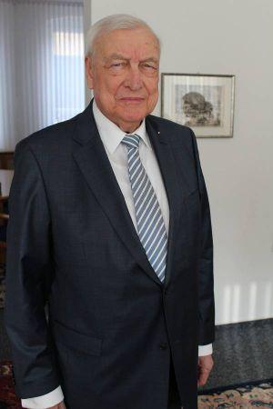 Dr. Karl-Heinz Hemeyer übergab das Geld an die Feuerwehren