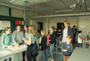 Im Chemieraum wird eine Teebeutelrakete gemacht