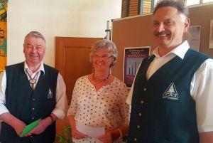 von links: Heinz Gerd Trüter, Lilly Gans und Peter Laumann bei der Spendenübergabe