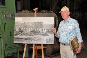 Der Vorsitzende des Förderkreises Hans-Heinrich Hillegeist mit einem historischen Foto der Gießhalle…