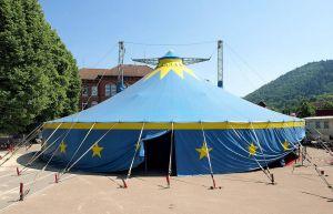 Das Zirkuszelt auf dem Schulhof.