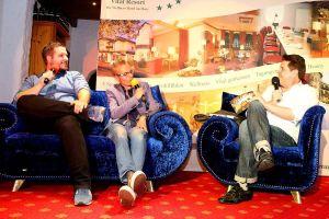 Neues vom Brockenfuchs mit Showtalk-Botschafter Tom Zinram (Mitte) und dessen ehemaligem Klassenlehrer von der KGS, Sebastian Klaus (links).