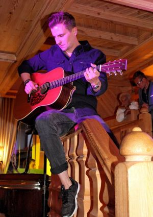 Geländer statt Gitarrenverstärker: Julian Sengelmann sorgte für besondere Stimmung.