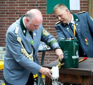 O'zapft is! Das erste Bier nach dem Anstich vom Schützenchef Bernd Wiegand (links) und seinem Stellvertreter Sascha Pohl.