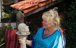 """Die Künstlerin mit der Skulptur """"Gelassenheit"""""""