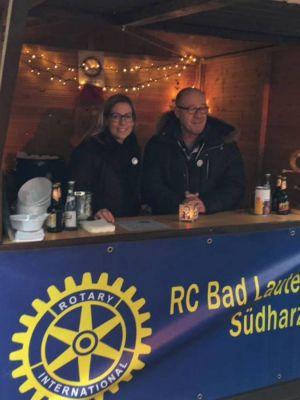 Die Mitglieder des Rotary Clubs Bad Lauterberg-Südharz lösen sich am Glühweinstand ab. Im Foto halten Petra Simanski aus Osterode und Per Magne Folkestad aus Herzberg die Stellung.