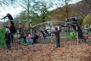 ...und noch Größeren bietet der Spielplatz Möglichkeiten zum Entdecken und Austoben.