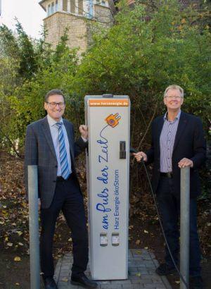 HarzEnergie-Geschäftsführer Dr. Hjalmar Schmidt, li. und Bürgermeister Dr. Thomas Gans an der neuen öffentlichen E-Ladestation
