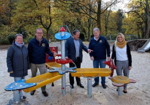Wasser marsch: Janka Eckhardt (links) und Saskia Dittrich-Cziesla vom Kinderschutzbund Bad Lauterberg mit den Herren vom Rotary Club Bad Lauterberg-Südharz am Matschtisch…