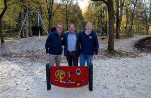 …auch für die Spieltafel hat sich der Club eingesetzt – Andreas Körner (von links), Erik Cziesla und Peter Bischof sind glücklich mit dem Ergebnis.