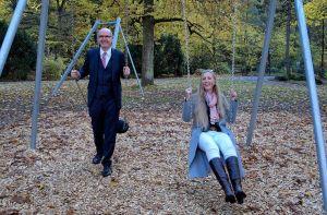 Schwungvoll: Vorstandsvorsitzender Thomas Toebe und Marketingleiterin Tamara Lenz von der Sparkasse Osterode am Harz testen die Schaukelkombi.