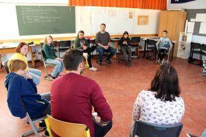 Gesprächsrunde in der Klasse 5H mit Schülern und Lehrern.