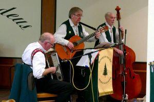 Die Musiker im Hintergrund: Burkhard Welz am Akkordeon, Horst Jäde an der Gitarre und Heinz Übel am Bass.