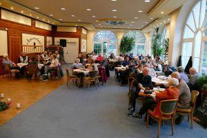 Draußen Schmuddelwetter, drinnen wohlige Wärme – das Publikum im Café Amadeus.