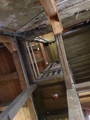 Blick in die Höhe im Innern des Uhrenturms. In der Mitte ist das Geländer der Treppe zu sehen. (Foto: Peter Bischof)