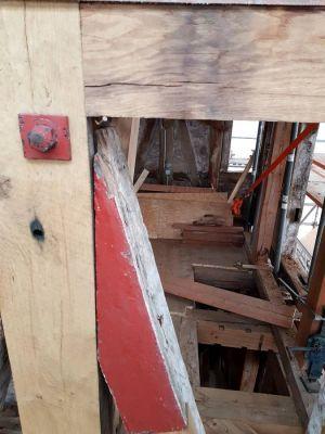 Sowohl im Marstallflügel als auch im Uhrenturm werden neben den neuen die alten Balken wenn möglich erhalten. (Foto: Peter Bischof)