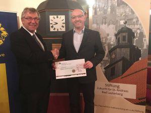 """...konnte Gömann den stolzen Betrag von 1.000 Euro an Dr. Klaus Winter von der Stiftung """"Zukunft für St. Andreas"""" überreichen"""