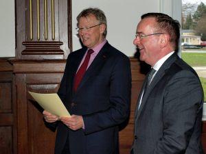 Wenn Innenminister Boris Pistorius (rechts) zu Bürgermeister Thomas Gans in den Ratssaal kommt, bedeutet das einen Geldsegen...