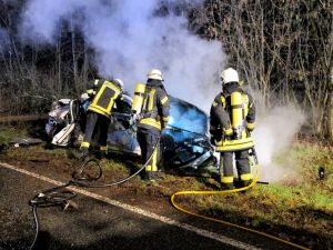 b_300_0_16777215_00_images_stories_com_form2content_p19_f9931_FFW_Herzberg_Unfall_brennendes_Auto_2019-03_a.jpg
