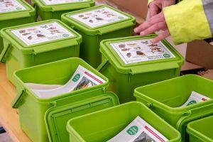 Starterpaket: Mit der Komposttonne werden ein Vorsortiergefäß für die Küche (Volumen fünf Liter), Papiertüten als Einlage für den Vorsortierer, eine Infobroschüre und Hinweise für fremdsprachige Mitbürgerinnen und Mitbürger geliefert.