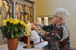 Eine gemeinsame Kerze wurde als Symbol entzündet