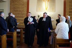 Pastor Andreas Schmidt wurde von Superintendent Volkmar Keil (rechts) in sein neues Amt eingeführt.