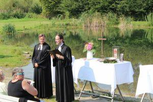 Beide Pastoren am Altar
